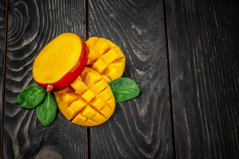 芒果 深木背景中的热带水果 顶视图 复制空间 库存图片