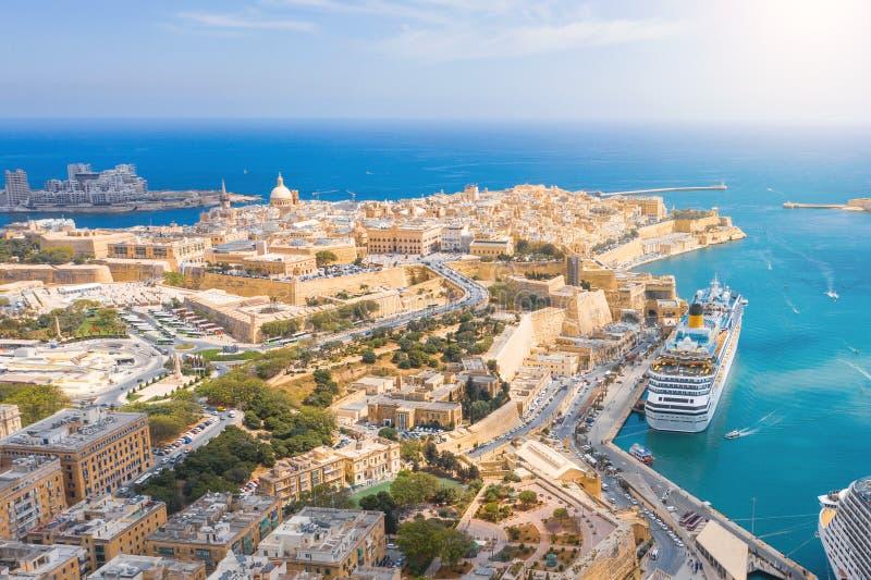 芒特卡梅尔教会、StPaul的大教堂和一个伟大的海湾的夫人鸟瞰图与巡航划线员船在瓦莱塔市,马耳他 免版税图库摄影