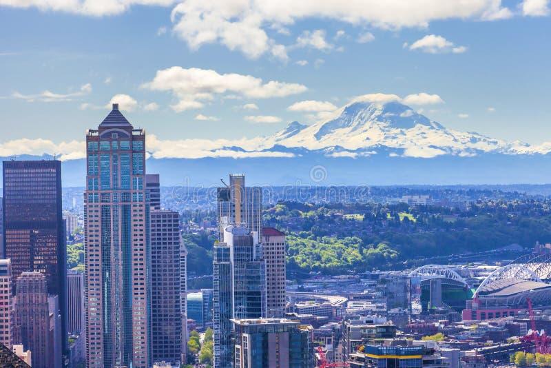 芒特雷尼尔和西雅图市美好的全景  免版税库存照片