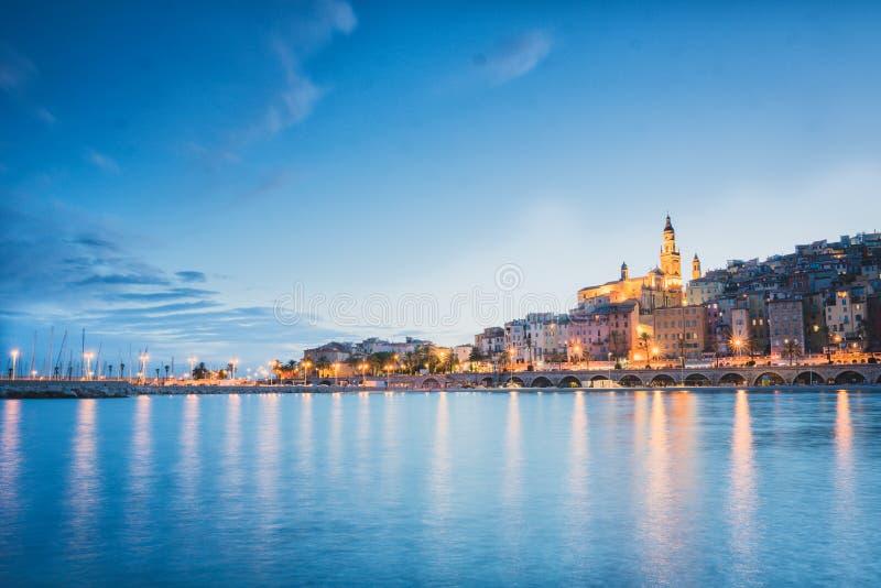 芒通市在晚上,法国海滨,蓝色小时日落心情 库存照片