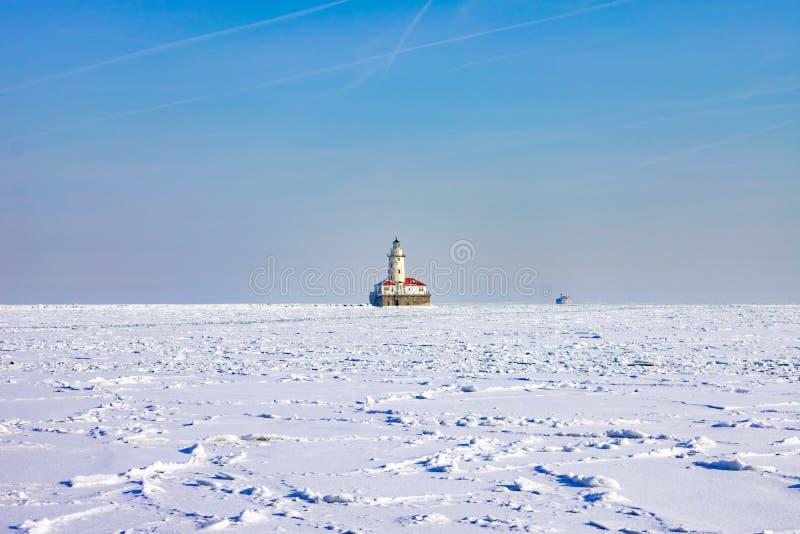 芝加哥在冻和积雪的密执安湖的港口灯塔在一个极性漩涡以后 库存图片