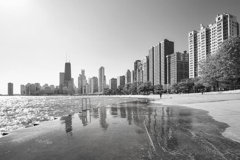 芝加哥在平均观测距离的江边地平线的黑白图片 库存图片