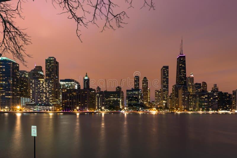 芝加哥地平线在日落期间的晚上 免版税库存图片