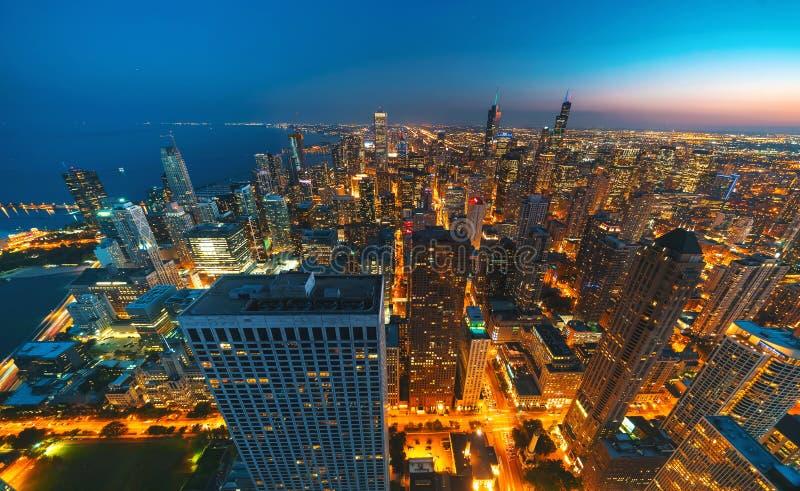 芝加哥摩天大楼在晚上 免版税库存照片