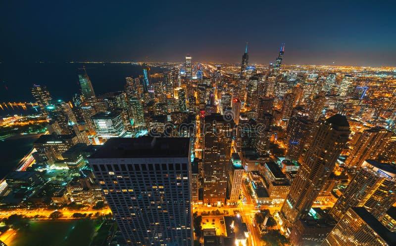 芝加哥摩天大楼在晚上 库存图片