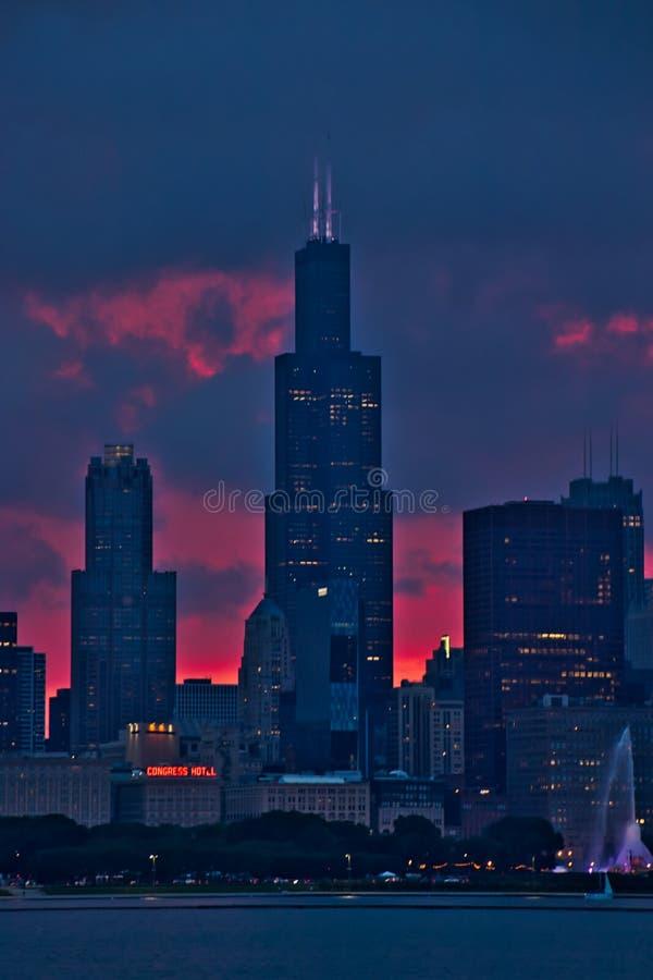 芝加哥摩天大楼画象视图在晚上日落期间的,看从密歇根湖 免版税库存照片
