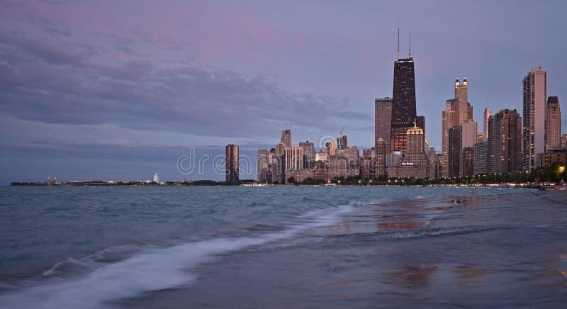 芝加哥横跨密执安湖的地平线全景日落的 库存照片