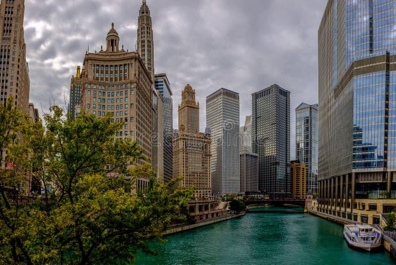 芝加哥河和地平线从密执安大道桥梁 免版税库存照片