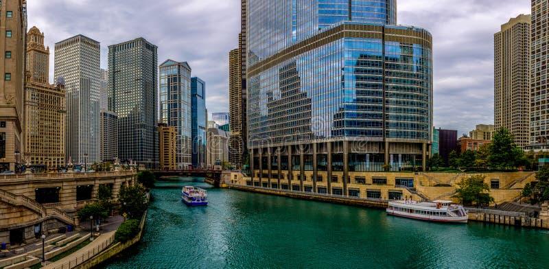 芝加哥河蓝色-街市芝加哥 库存图片