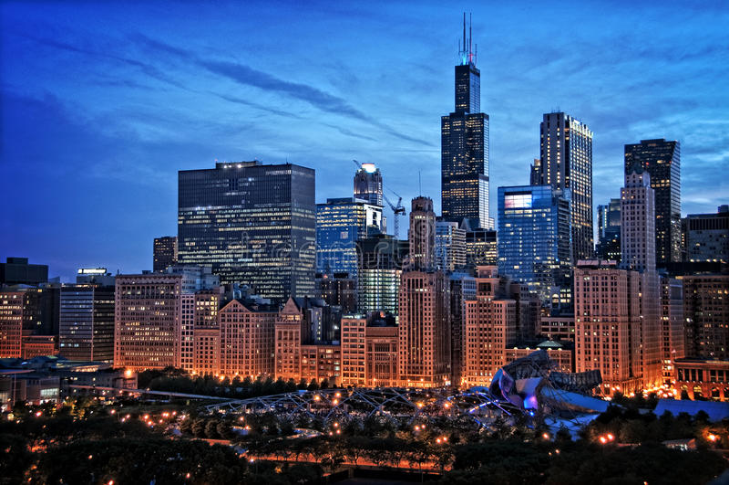 芝加哥湖边平地地平线都市风景在晚上在千年公园w之前 库存照片