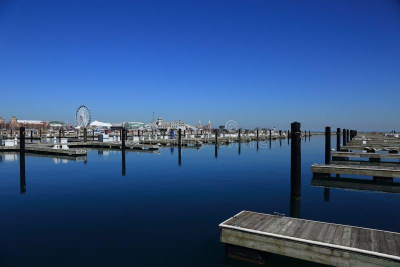 芝加哥湖边游艇小游艇船坞早春天风景 库存照片