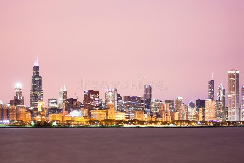 芝加哥街市城市地平线在晚上 库存图片