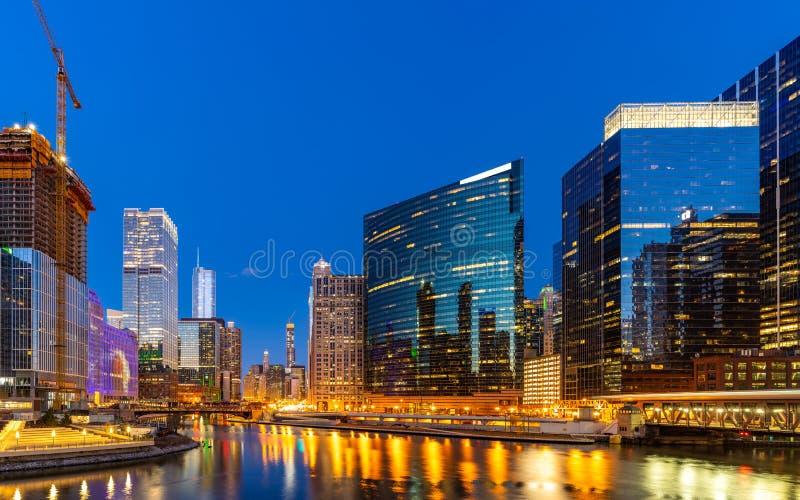 芝加哥街市夜日落全景 免版税库存图片