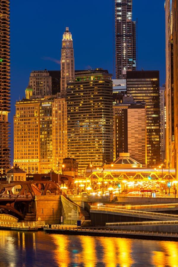 芝加哥街市夜日落 免版税库存图片