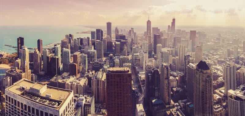 芝加哥都市风景全景在日落期间的从鸟瞰图 免版税库存照片