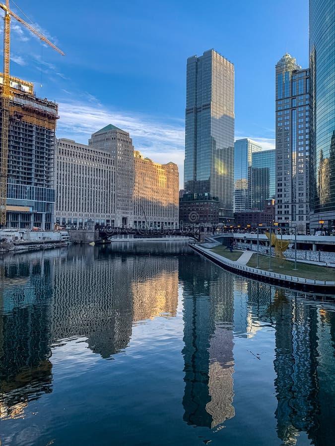 芝加哥都市风景的惊人反射河表面上的 库存照片