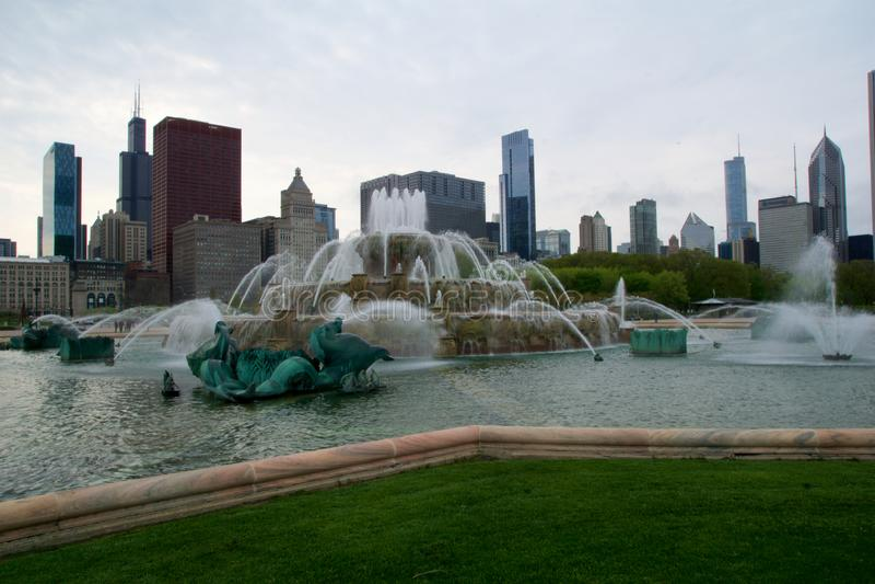 芝加哥,伊利诺伊,美国- 2018年5月11日:白金汉喷泉在芝加哥在一块洛可可式的婚宴喜饼修造了 库存图片