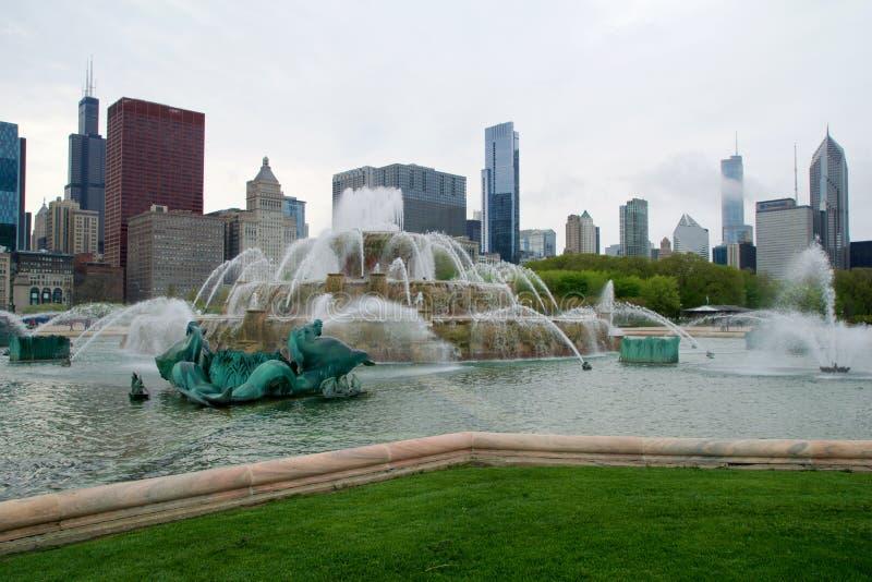 芝加哥,伊利诺伊,美国- 2018年5月11日:白金汉喷泉是一个最大在世界上,在有风 库存照片