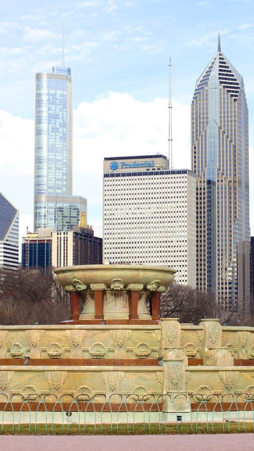 芝加哥,伊利诺伊,美国- DEC第12,2015年:在格兰特公园和芝加哥街市地平线的白金汉喷泉 免版税库存照片