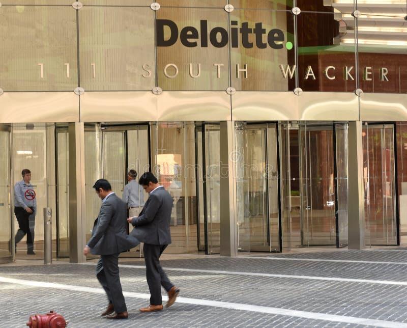 芝加哥,美国- 2018年6月06日:在办公室Deloitte com附近的人们 库存照片