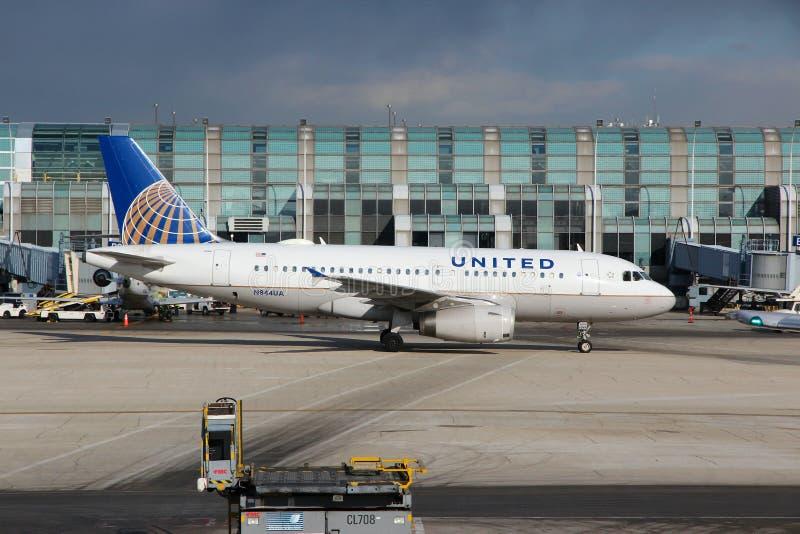 芝加哥,美国- 2014年4月15日:美联航空中客车A319在奥黑尔机场在芝加哥 这是第5个最繁忙的机场 免版税库存照片