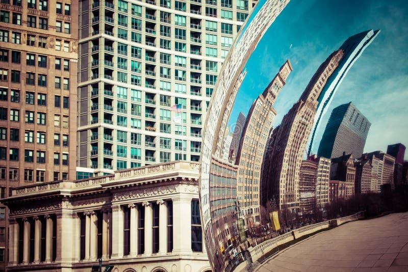 芝加哥, IL - 4月2日:2014年4月2日的云门和芝加哥地平线在芝加哥,伊利诺伊 云门是Anish钾艺术品  免版税库存图片