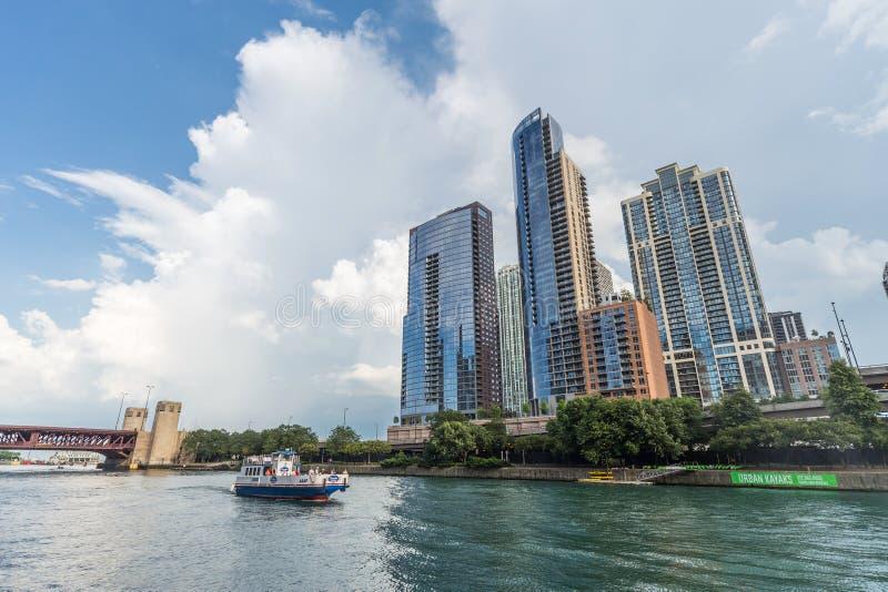 芝加哥, IL/USA -大约2015年7月:高层豪华居民住房在沿河广场,伊利诺伊的街市芝加哥 库存图片