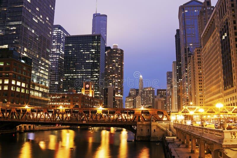 芝加哥建筑学沿芝加哥河的 免版税库存图片