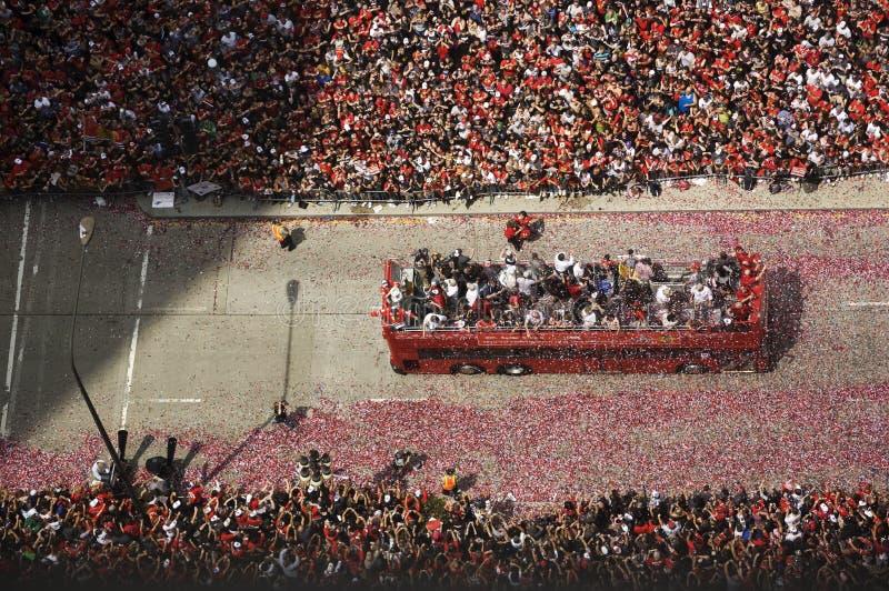 芝加哥黑鹰队的激动的爱好者欢呼在他们的2010年史丹利杯胜利游行期间 库存照片
