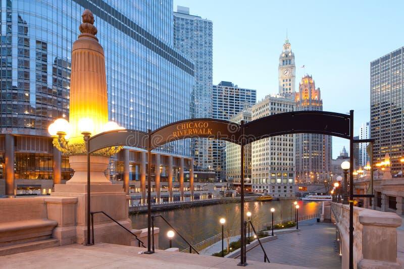 芝加哥Riverwalk和芝加哥河的边在芝加哥 免版税库存图片
