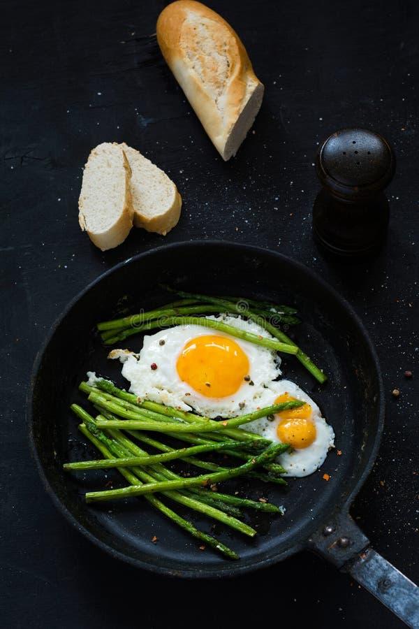 芦笋和煎蛋在长柄浅锅 图库摄影