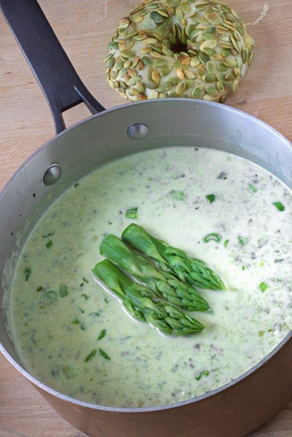 芦笋在一个铜砂锅的奶油汤 免版税库存照片