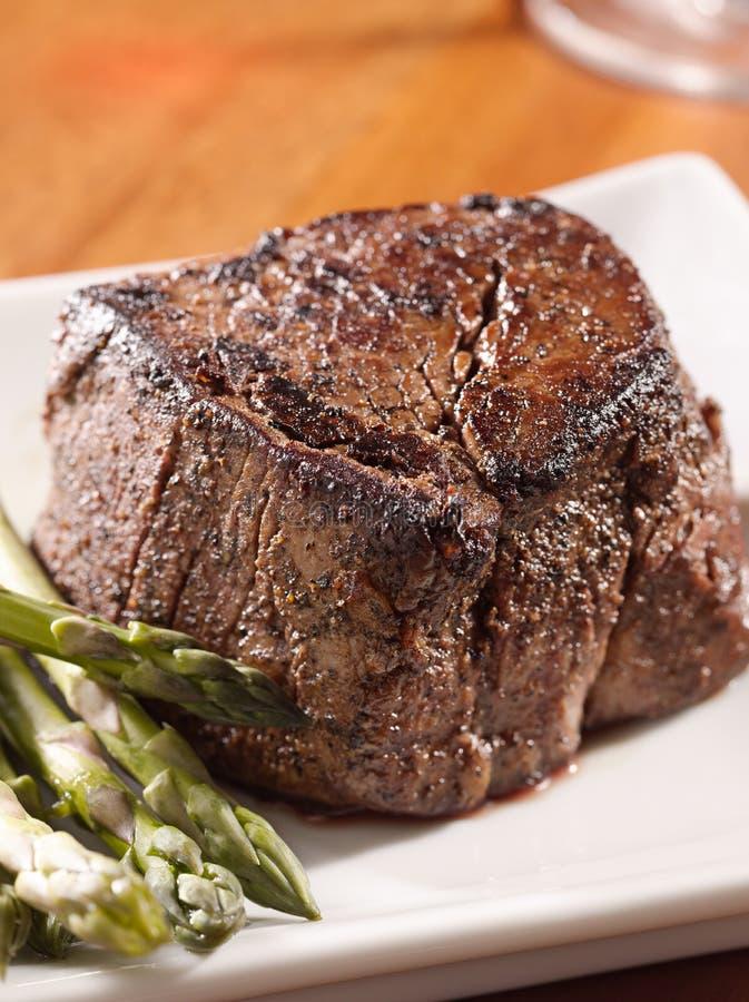 芦笋枯萎的牛排里脊肉 免版税库存照片