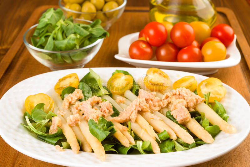 芦笋沙拉、西红柿和用卤汁泡的金枪鱼 库存照片