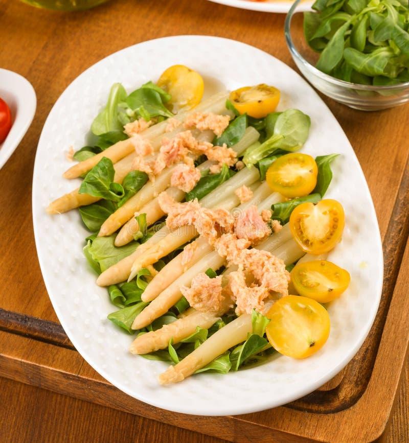 芦笋沙拉、西红柿和用卤汁泡的金枪鱼 免版税库存照片