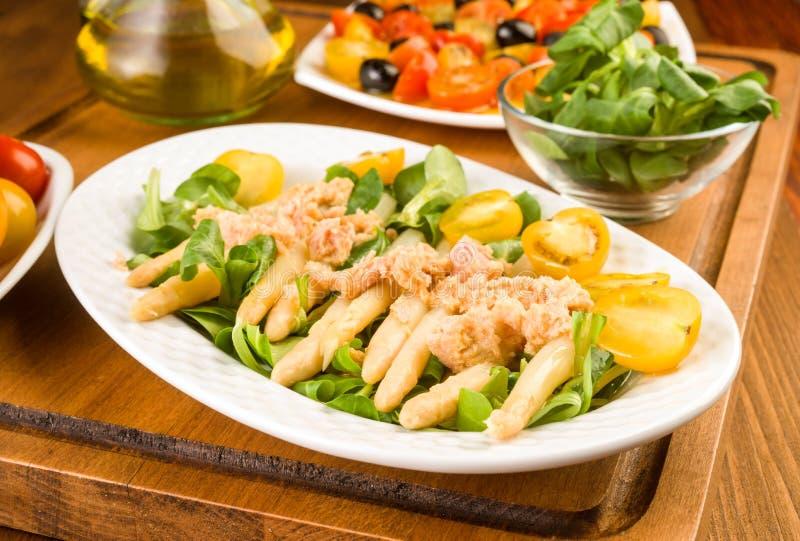 芦笋沙拉、西红柿和用卤汁泡的金枪鱼 库存图片
