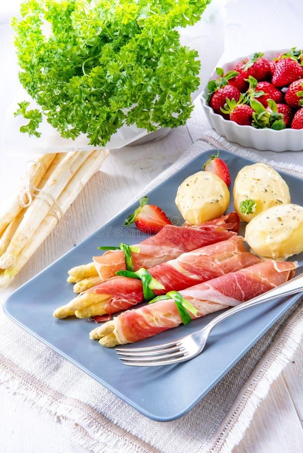 芦笋火腿滚动用草莓和蛋黄奶油酸辣酱 免版税库存照片