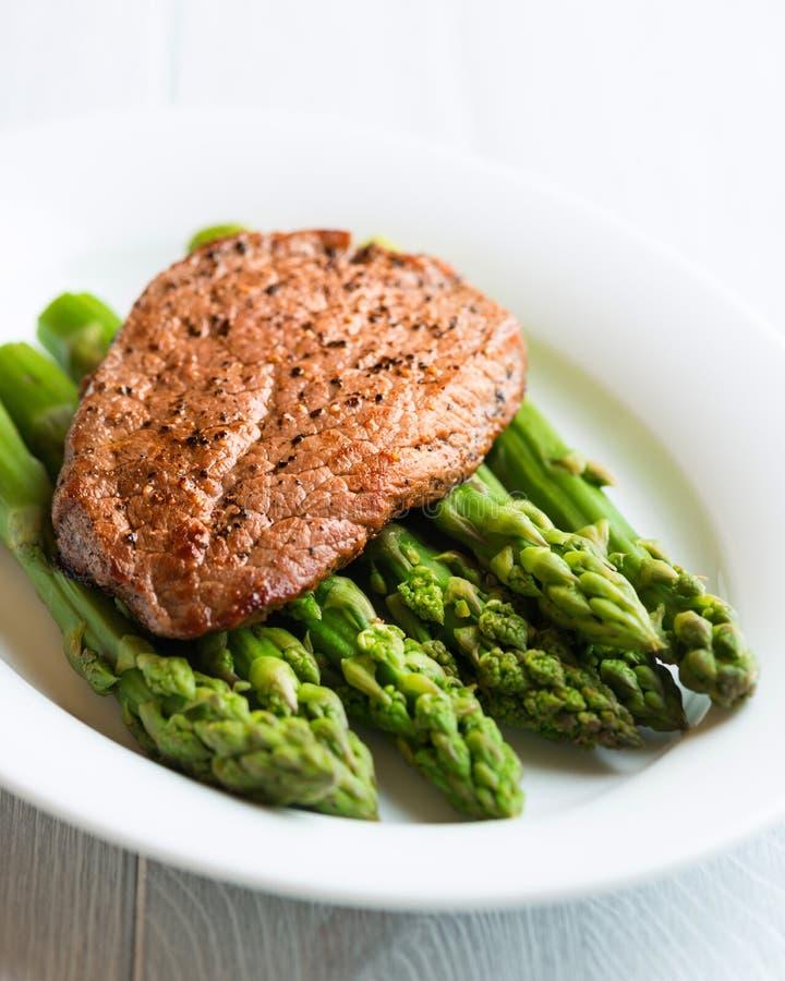 芦笋牛肉绿色牛排 图库摄影