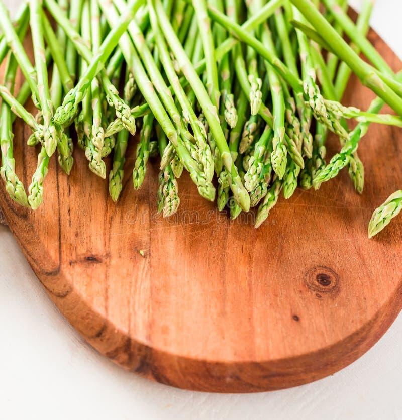 芦笋,一束在一个木切板的新鲜的芦笋 免版税库存图片