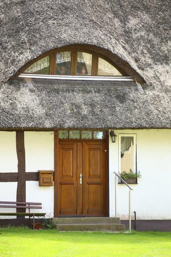 芦苇入口在Kroeslin顶房顶了房子,被列出成纪念碑,德国 免版税图库摄影