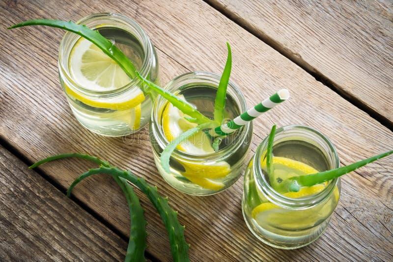 芦荟与柠檬切片的维拉饮料 顶视图 免版税库存照片