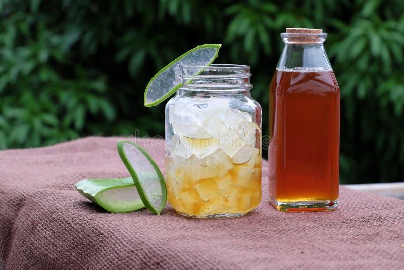 芦荟维拉,护肤的蜂蜜 免版税库存图片