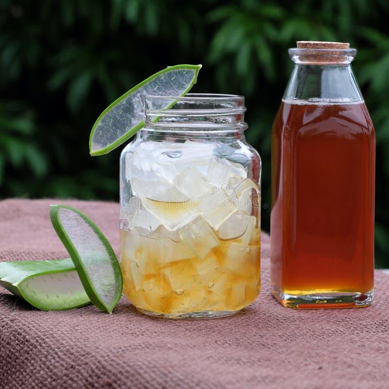 芦荟维拉,护肤的蜂蜜 库存图片