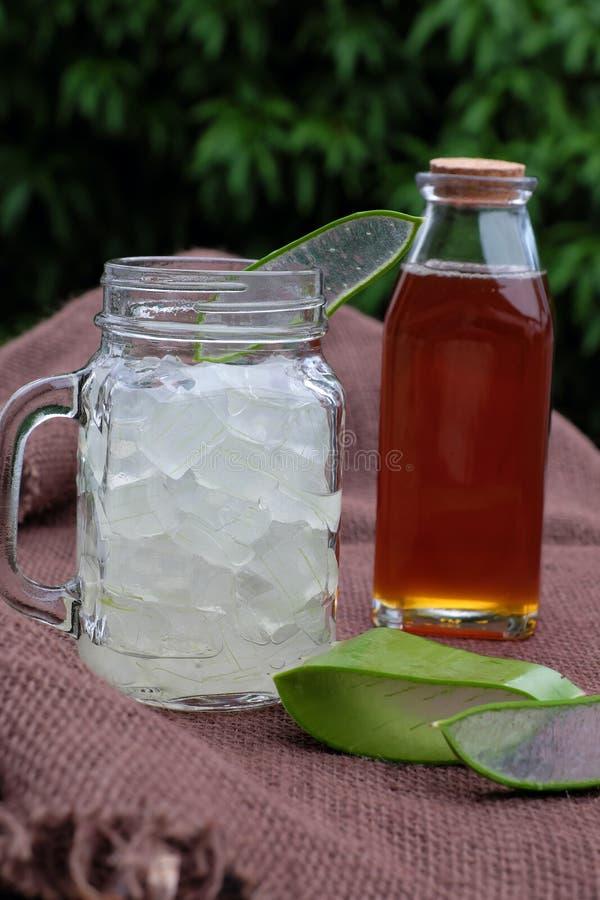 芦荟维拉,护肤的蜂蜜 库存照片