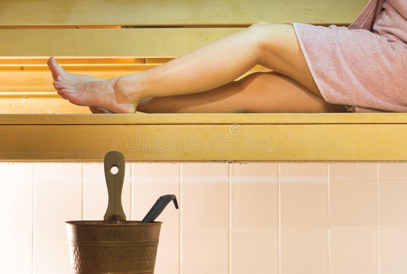 芬兰城市蒸汽浴的少妇 享用热空气和花费轻松的时间的女孩 免版税图库摄影
