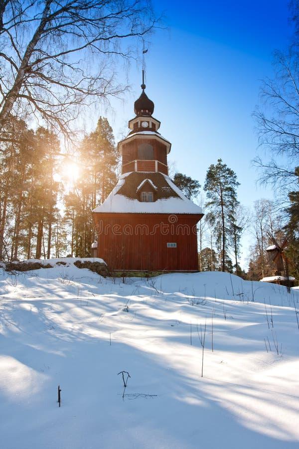 芬兰森林的老木教会在冬天 免版税库存图片