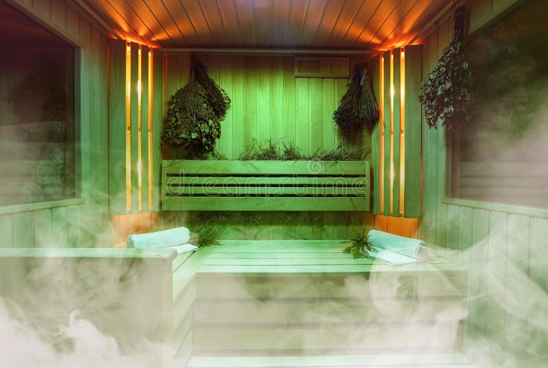 芬兰蒸汽浴,经典木蒸汽浴内部,在热的蒸汽浴放松 免版税图库摄影