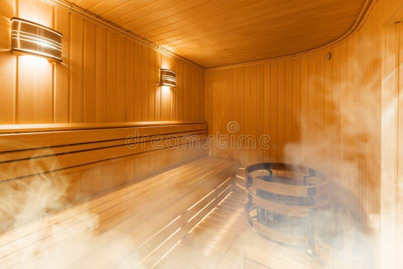 芬兰蒸汽浴,经典木蒸汽浴内部  免版税库存照片