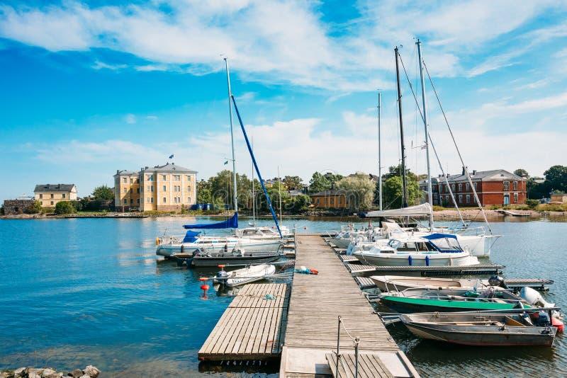 芬兰赫尔辛基 有被停泊的小船的木海码头跳船,游艇 库存图片
