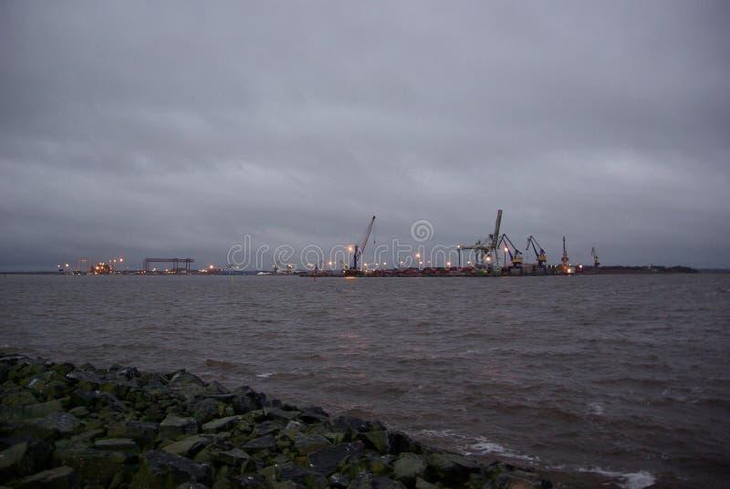 芬兰,口岸波里,钢鹈鹕,与光的工业风景 免版税库存照片